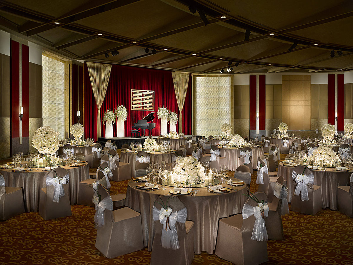 ballroom-wedding-setup-with-candles-shangri-la-taipei