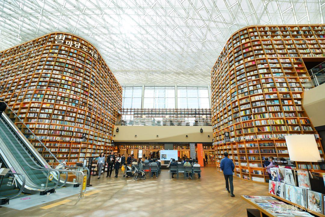 更详细介绍:【首尔必拍】星空图书馆的超广角世界,挑高的开放书柜超图片